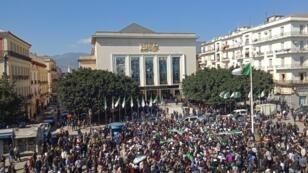 Los argelinos protestan en contra la candidatura del Presidente Abdelaziz Bouteflika en Annaba, Argelia, el 3 de marzo de 2019. Las manifestaciones ocurrieron una semana después de que decenas de miles de personas protestaron en contra de la decisión de Abdelaziz Bouteflika de presentarse a las elecciones del 18 de abril.