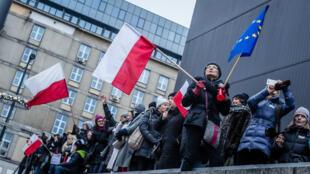 Bruxelles se pose des questions sur le respect  de l'État de droit en Pologne.