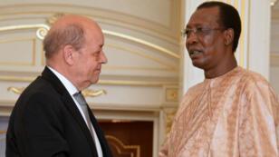 Poignée de main échangée entre Jean-Yves Le Drian et Idriss Déby, le 29 avril 2016, au palais présidentiel de N'djamena.