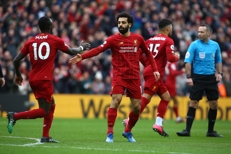 Las estrellas de Liverpool, Sadio Mané y Mohamed Salah, celebran un gol contra Bournemouth en Anfield, el 7 de marzo de 2020.