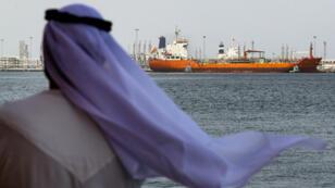 Un Émirati regarde le port de Fujaïrah, dans le Golfe, le 13 mai 2019. Ce jour-là, des navires auraient été touchés par une torpille au large de ce port.