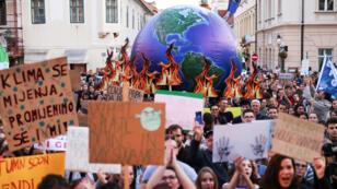 Manifestantes sostienen pancartas durante la manifestación sobre el cambio climático en Zagreb, Croacia, el 20 de septiembre de 2019.