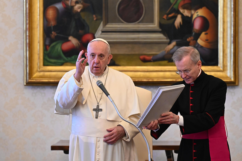 El papa Francisco participa de una audiencia privada semanal transmitida en vivo en la biblioteca del palacio apostólico del Vaticano, el 21 de abril de 2021