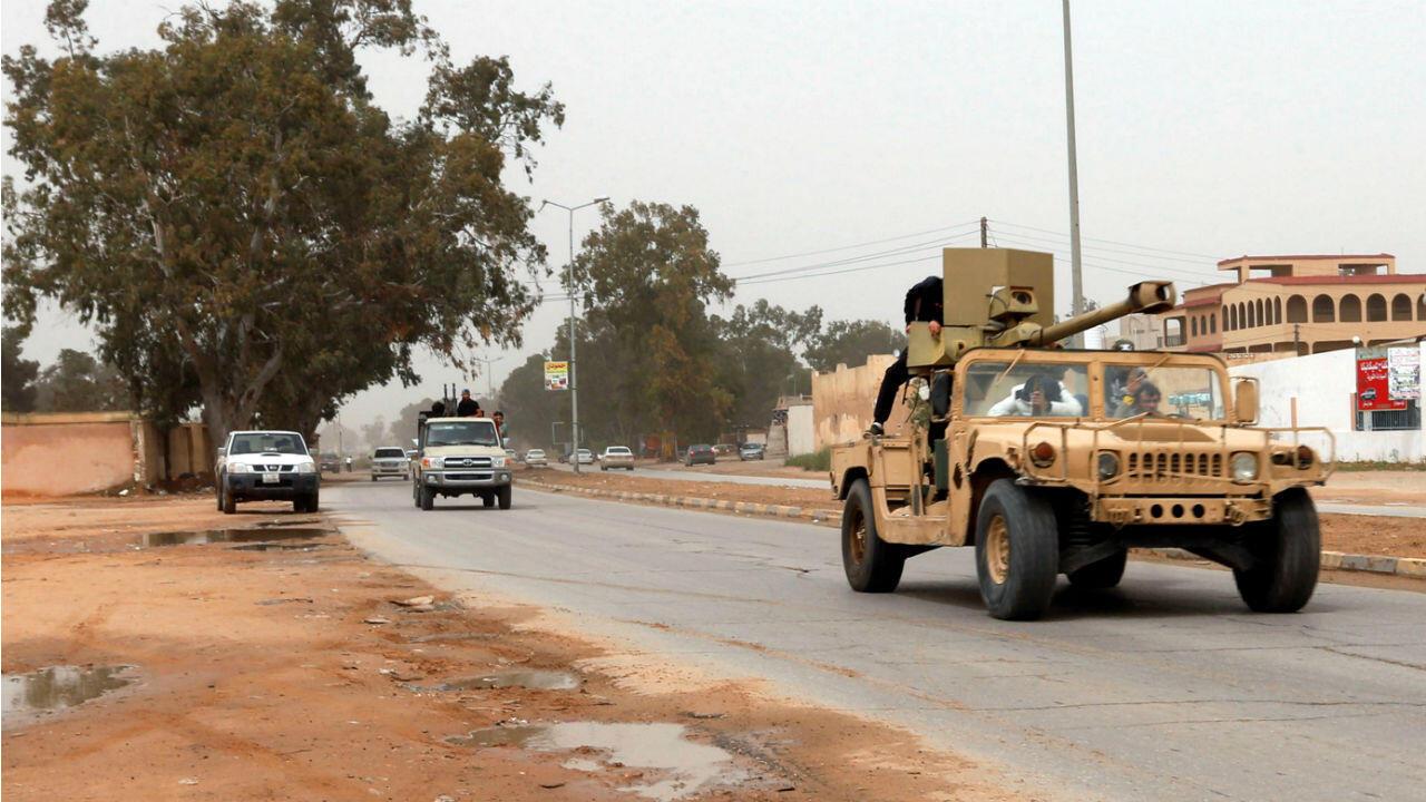 Un camion des forces de Misrata, loyales au gouvernement d'union nationale, sur la route de Wadi al-Rabih au sud de Tripoli, le 6avril2019.