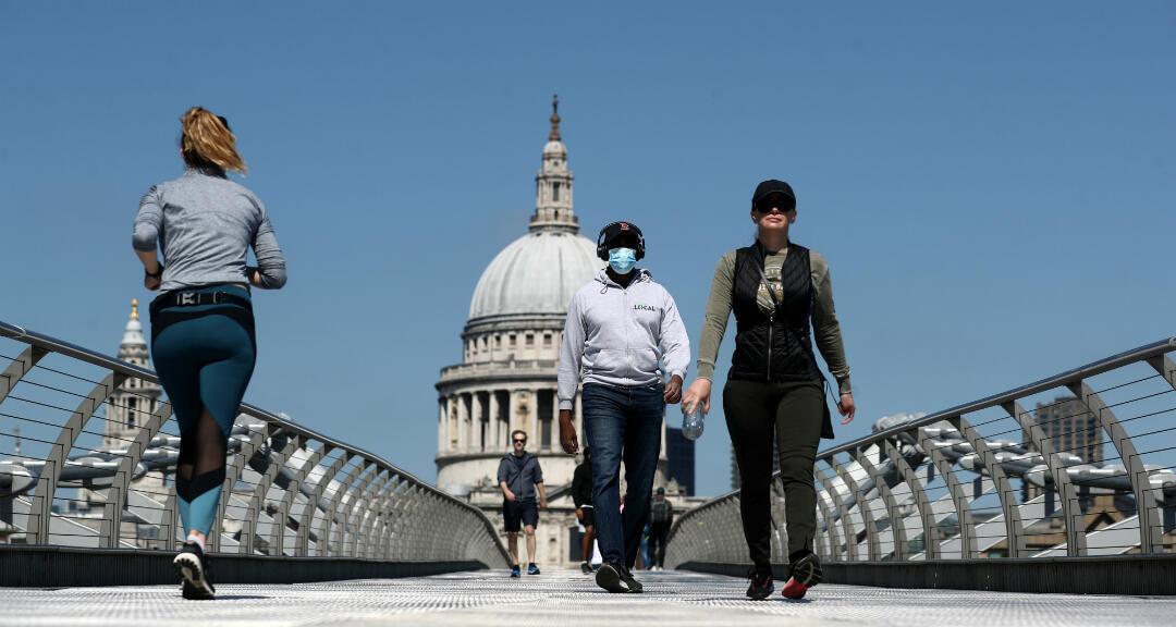 Un homme portant un masque contre le coronavirus dans les rues de Londres, le 25 avril 2020