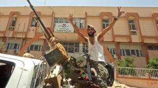 مقاتل موالي لحكومة الوفاق الوطني يرفع شارة النصر في 5 حزيران/يونيو 2020 في ترهونة الواقعة 80 كلم جنوب العاصمة طرابلس عقب السيطرة عليها