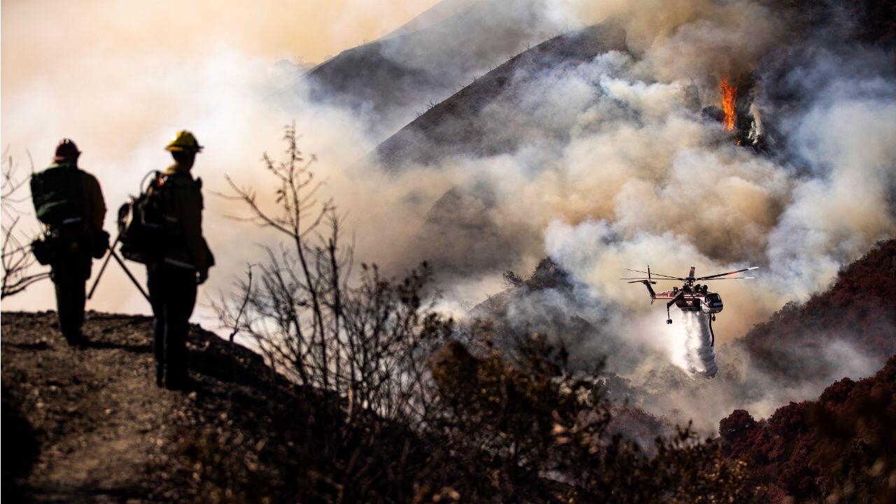 Equipos de bomberos tratan de contener el fuego en Los Ángeles, California, Estados Unidos, el 29 de octubre.