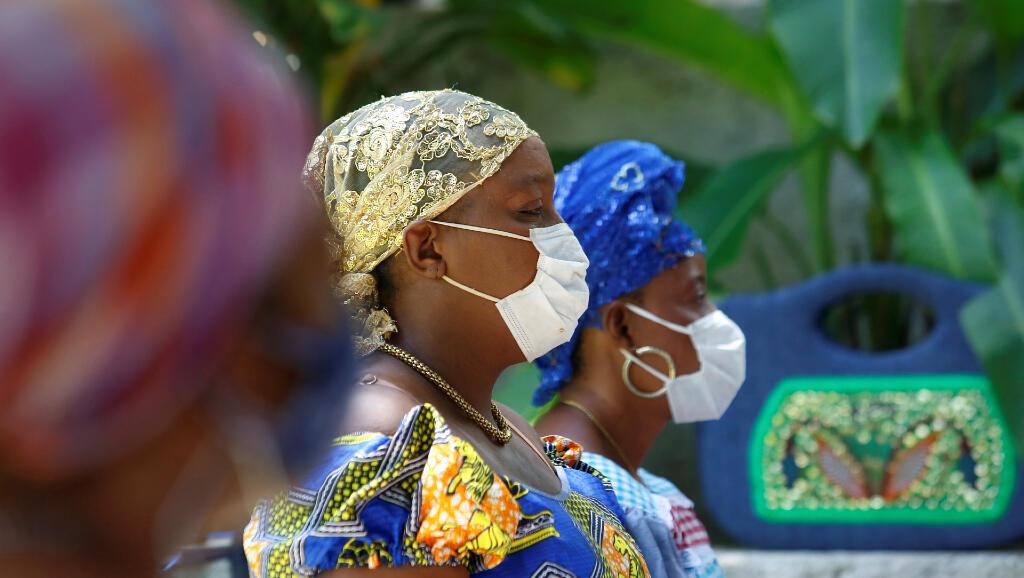 Las sacerdotisas vudú, conocidas como Mambo, usan máscaras faciales para protegerse del Covid-19 durante una ceremonia que celebran en Puerto Príncipe, Haití, el 1 de mayo de 2020.