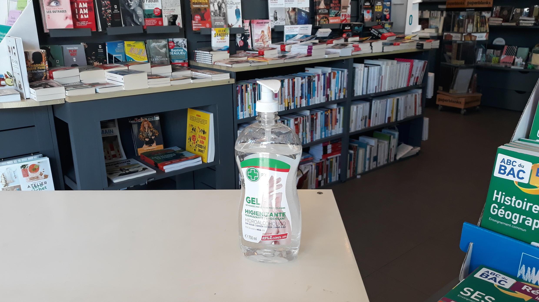 Du gel hydroalcoolique pour désinfecter les mains des clients à l'entrée de la boutique.