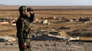 جندي تابع للنظام السوري يقف على الحدود مع محافظة إدلب والمناطق التي يسيطر عليها النظام، 11 نوفمبر 2017