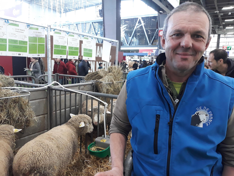 """""""Le Salon de l'agriculture, c'est une façon de montrer notre travail aux consommateurs et de faire un pas vers l'autre"""", explique Stéphane Hirztberger, éleveur de brebis depuis 15 ans, à Chaumont, dans la Haute-Marne."""