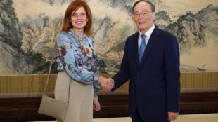 El vicepresidente de China, Wang Qishan (D), estrecha su mano con la vicepresidenta de Perú, Mercedes Aráoz (I), durante su reunión en Pekín, el 2 de septiembre de 2019.