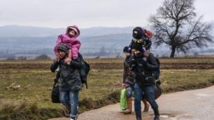 لاجئون يعبرون إلى صربيا عبر الحدود المقدونية في 7 كانون الثاني/يناير 2016.