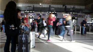 Pasajeros esperan en la estación de trenes de Niza, Francia, durante la huelga de los trabajadores de la empresa ferroviaria nacional SNCF el 18 de octubre de 2018.