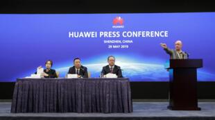 En el centro de la mesa, el abogado Song Liuping, director legal de Huawei, anunció demandas en la justicia estadounidense este miércoles 29 de mayo de 2019 desde Shenzhen, China.