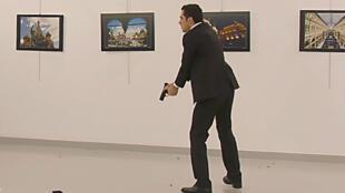 L'homme qui vient d'abattre l'ambassadeur Andreï Karlov à Ankara.