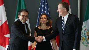 El secretario de Economía de México, Ildefonso Guajardo Villarreal, la ministra de Asuntos Exteriores de Canadá, Chrystia Freeland, y el representante comercial de EE. UU., Robert Lighthizer, tras el cierre de la tercera ronda de renegociaciones del TLCAN en Ottawa, Ontario, el 27 de septiembre de 2017.