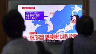 Des Sud-Coréens regardent un écran de télévision montrant le lieu de l'épicentre du séisme en Corée du Nord, le 23 septembre 2017 à Séoul.