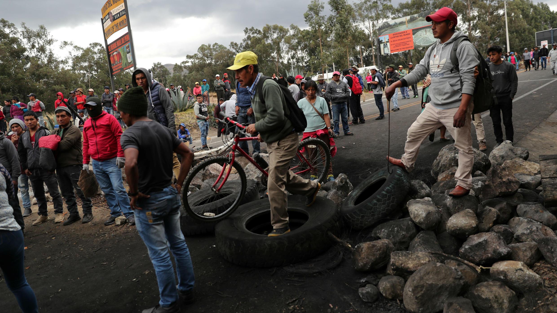 Un grupo de personas bloquea una vía durante las protestas contra las medidas del Gobierno en Cangahua, Ecuador, el 6 de octubre de 2019.