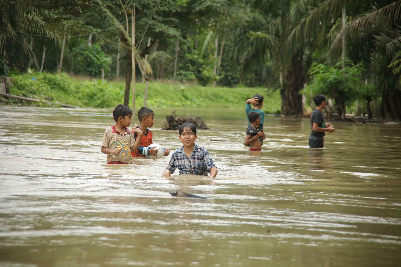 Pihak berwenang memperingatkan orang-orang untuk waspada karena hujan lebat akan terus berlanjut di daerah itu