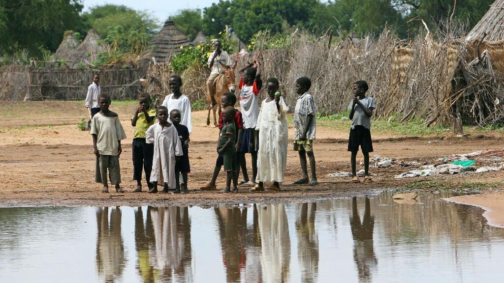 A finales de 2007 aproximadamente 2,2 millones de personas desplazadas vivían en campamentos en Darfur y más de 200.000 habían huido al vecino país de Chad, según Human Rights Watch.