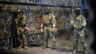 عناصر من الشرطة الفدرالية في بورتلاند في 25 تموز/يوليو 2020