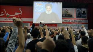 El líder del movimiento Hezbolá, Hasán Nasralá, en pantalla durante un encuentro en Beirut.