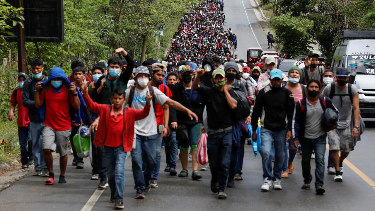 Migrantes hondureños caminan por una carretera de El Florido, Guatemala, en su ruta hacia México y con el objetivo de llegar hasta Estados Unidos. 16 de enero de 2020.
