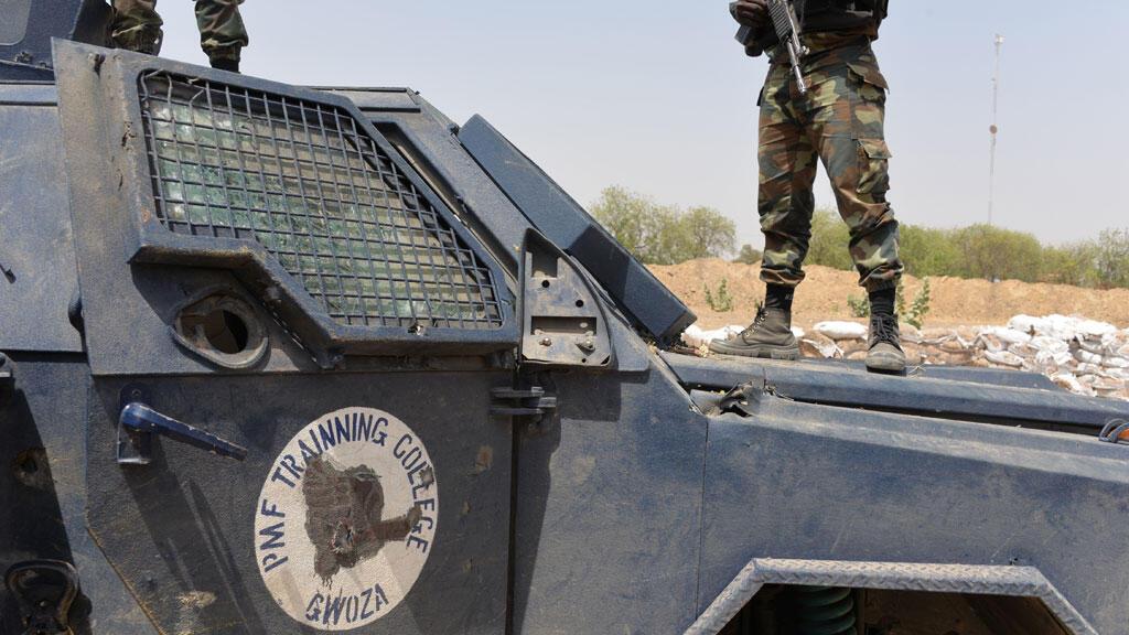 Soldats camerounais en patrouille dans la ville de Waza, au nord du pays le 17 février 2015
