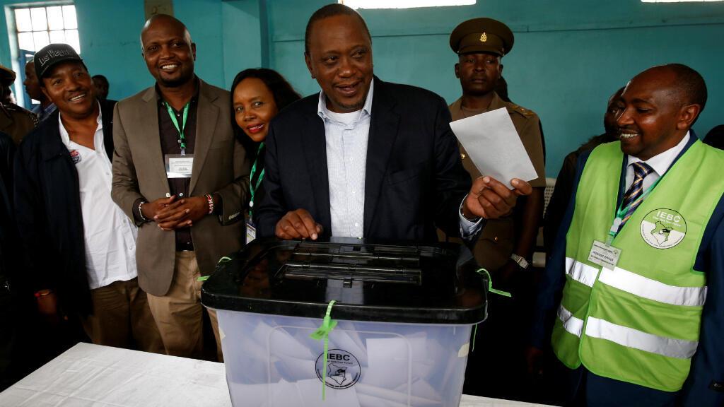 El presidente de Kenia, Uhuru Kenyatta, emite su voto durante la repetición electoral en Gatundu.
