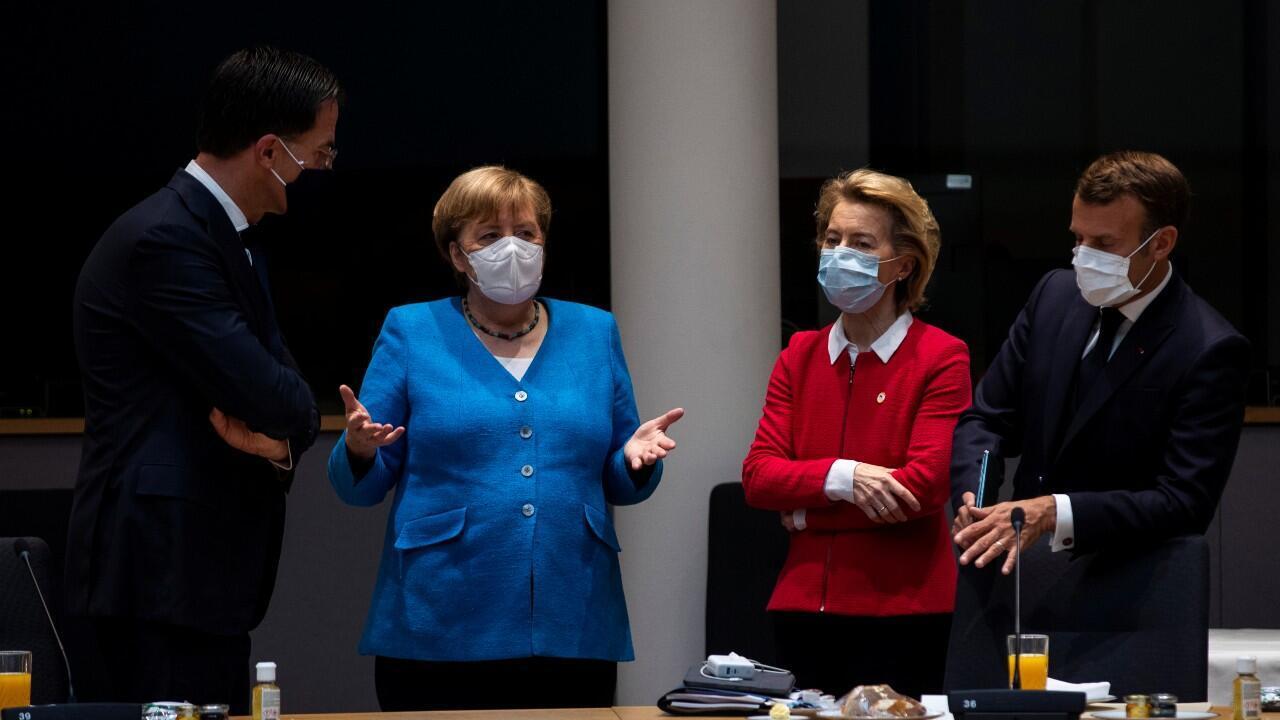 El primer ministro holandés Mark Rutte, la canciller alemana, Ángela Merkel, la presidenta de la Comisión Europea, Ursula von der Leyen, y el presidente francés, Emmanuel Macron, durante una reunión de la primera cumbre cara a cara de la Unión Europea, desde que comenzó la pandemia del Covid-19. En Bruselas, Bélgica, el 18 de julio de 2020.