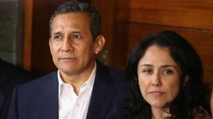 El expresidente peruano Ollanta Humala junto a su esposa, Nadine Heredia, tras salir de prisión preventiva en Lima, Perú, el 30 de abril de 2018.