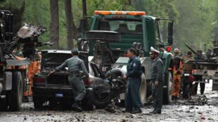 Les forces de sécurité afghanes enquêtent sur le site de l'attentat suicide du 3 mai 2017 à Kaboul.