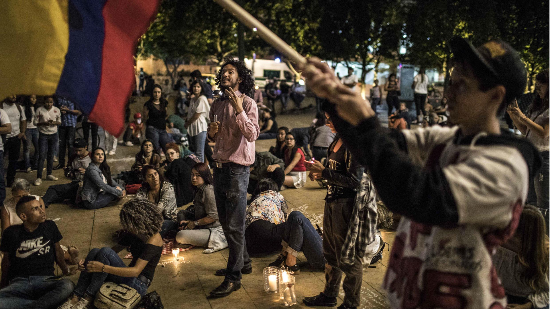 Un hombre da un discurso durante una manifestación que exige esfuerzos para continuar las conversaciones de paz entre el Gobierno y las guerrillas del ELN, en Medellín, departamento de Antioquia, Colombia, el 25 de enero de 2019.