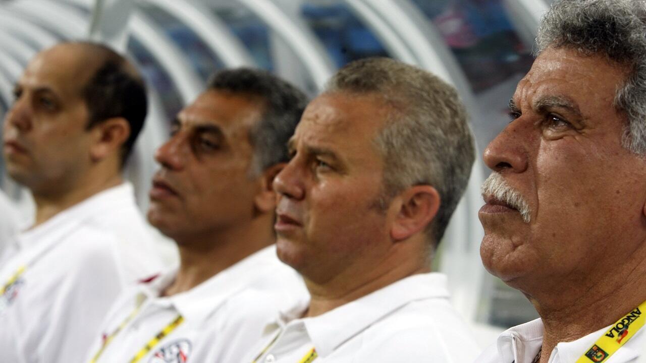 المدرب المصري حسن شحاتة (يمين) المدرب الوحيد الذي حصد ثلاثة ألقاب متتالية في كأس الأمم الأفريقية.
