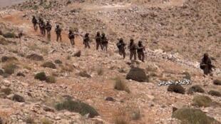 صورة للمكتب الإعلامي لحزب الله في 23 تموز/يوليو ويظهر فيها مقاتلون من حزب الله يتقدمون في جرود عرسال على الحدود السورية