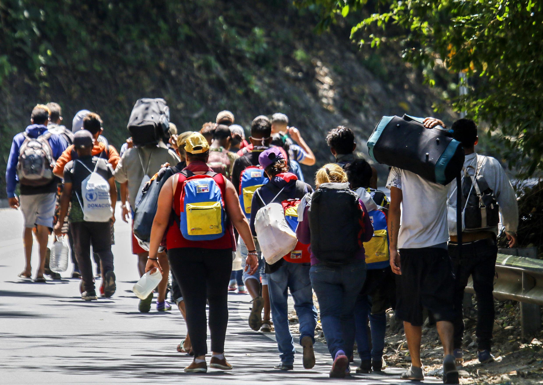 Migrantes venezolanos caminan por una carretera en Cúcuta, Colombia, el 2 de febrero