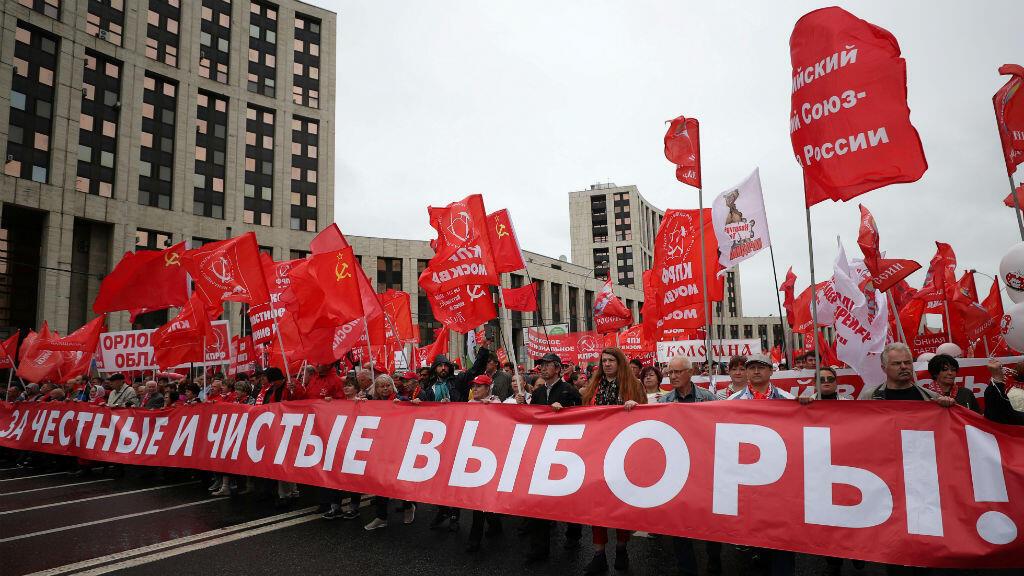 """Miembros del Partido Comunista ruso sostienen una pancarta que dice: """"¡Por elecciones justas y limpias!"""", durante una protesta en Moscú el 17 de agosto de 2019."""