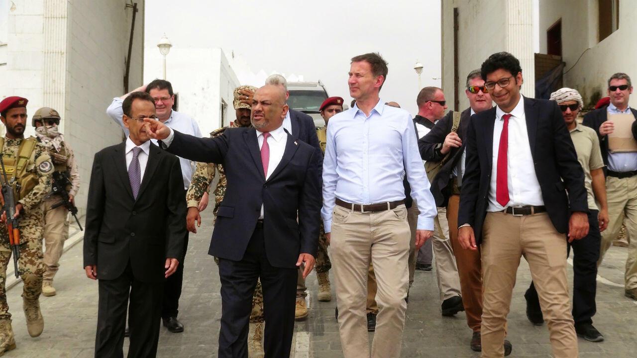 Le chef de la diplomatie britannique Jeremy Hunt et son homologue yéménite Khaled al-Yamani au palais présidentiel d'Aden, le 3 mars 2019.