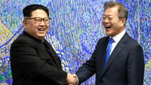 Kim Jong-un et Moon Jae-in lors du sommet intercoréen le 27 avril 2018.