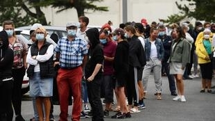 صف انتظار للخضوع لفحص الكشف عن فيروس كورونا المستجد في كيبرون بغرب فرنسا في 27 تموز/يوليو 2020.