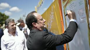 François Hollande écrit un message lors de sa visite dans un camp de désarmement des Farc, le 24 janvier 2017.