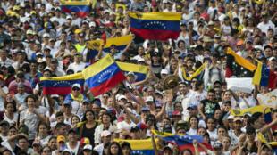 """Des milliers de spectateurs attendent le début du """"Venezuela Aid Live"""", un concert destiné à soutenir la population vénézuélienne, le 22 février 2019."""