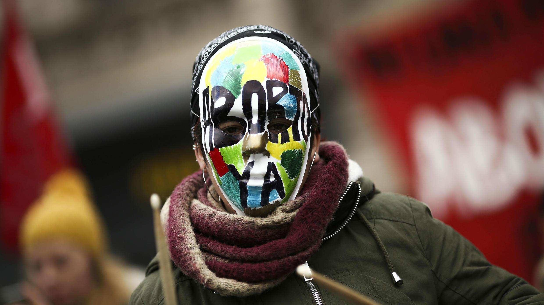 Personas a favor de despenalizar el aborto se manifiestan en el exterior del Congreso, en Buenos Aires, Argentina, el 13 de junio.