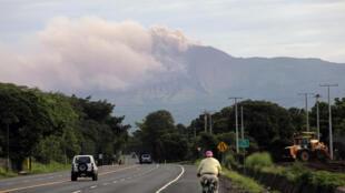 El volcán Telica lanza cenizas al aire en Chinandega, Nicaragua, el 29 de julio de 2020