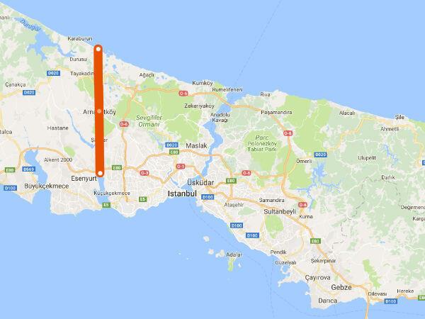 """En rouge, le tracé approximatif du futur """"Canal Istanbul"""". Il doit permettre de limiter le trafic maritime sur le Bosphore, qui traverse la ville d'Istanbul. (Image : Google Maps)"""