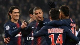 لاعبو باريس سان جرمان يحتفلون بالفوز على غانغان في الدوري الفرنسي 9-صفر 2019/01/19