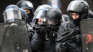 Des policiers munis de pistolets LBD-40 le 15 décembtre 2018 sur les Champs-Élysées.