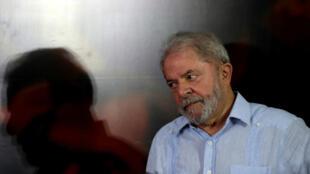 Juez ordena que le debe ser regresado el pasaporte al expresidente Lula al no encontrar bases para su incautación.