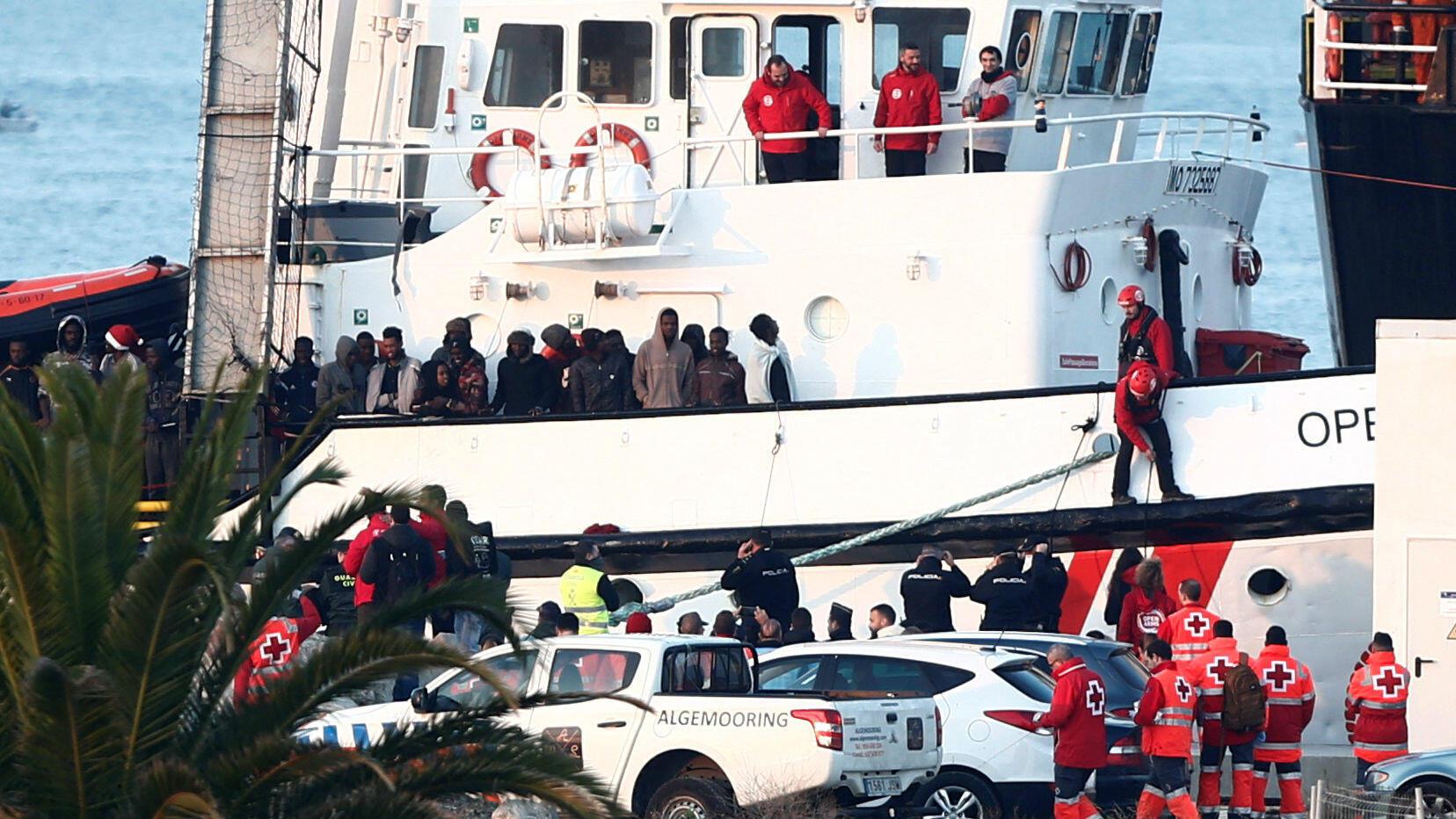 El bote de rescate de la ONG Proactiva Open Arms se ve atracado con migrantes rescatados en el Mar Mediterráneo Central, en el Centro de Atención Temporal para Extranjeros (CATE) en el puerto de Algeciras, España, el 28 de diciembre de 2018.